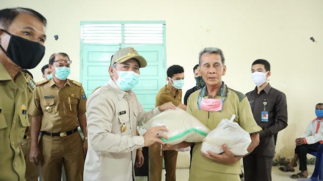 Bupati Iskandar Sebar 60.000 Paket Sembako untuk Warga Terdampak Covid-19