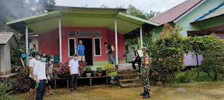 TNI dan Tim Gugus Tugas melakukan penyemprotan disinfektan di Desa Pelita