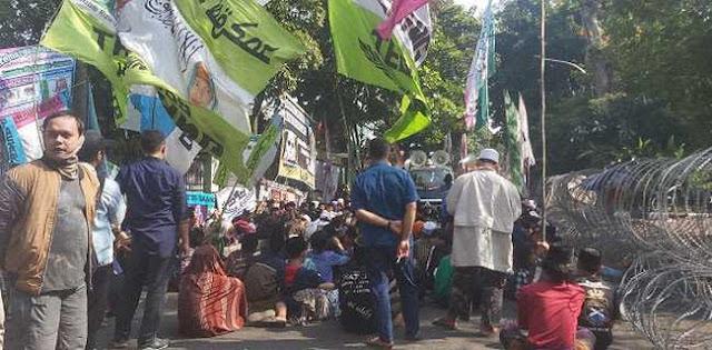 Jelang Sidang Vonis, Ratusan Pendukung Habib Bahar Padati Gedung Arsip