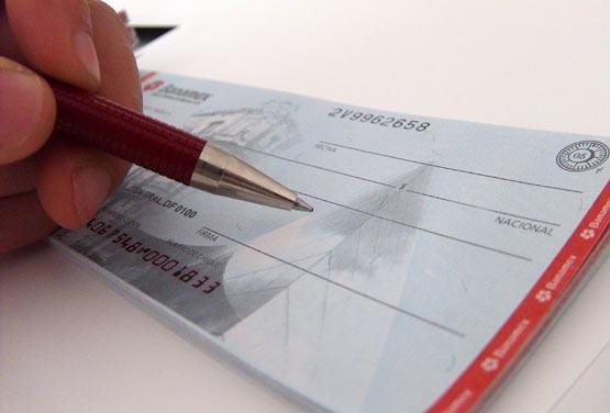 assinando Um Cheque para empréstimo com cheque