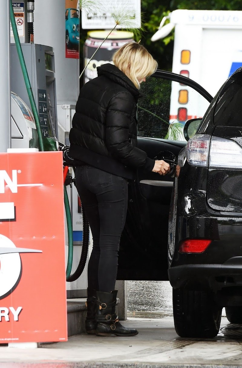 Malin Åkerman Clicks at a Gas Station in Los Angeles 10 may -2020