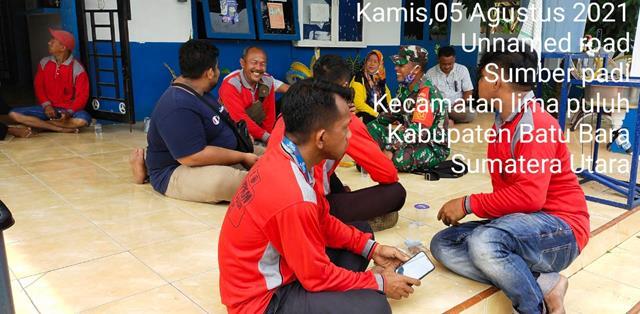 Bersama Dengan Perangkat Desa Personel Jajaran Kodim 0208/Asahan Laksanakan Gotong Royong Bersihkan Kantor Desa