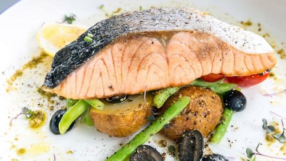Salmon Al Horno Con Verduras y Aceitunas