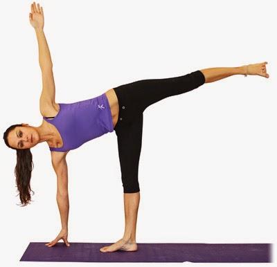 La postura de la media luna de yoga