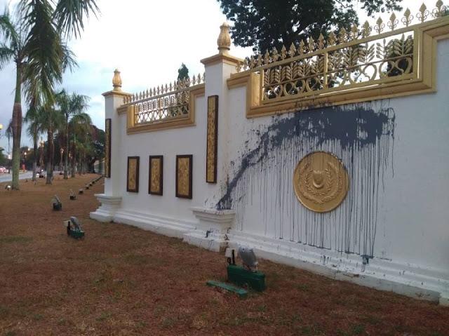 Pagar Istana Anak Bukit Dibaling Cat Hitam