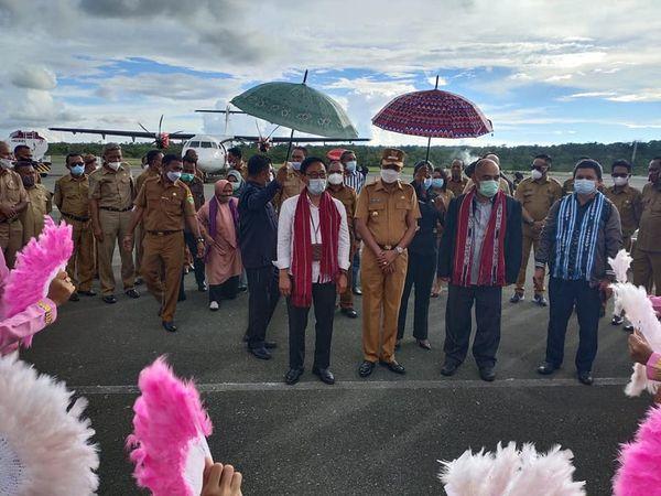 Usman Tamnge Jemput Agus Pramusinto Bandara Karel Satsuitubun .lelemuku.com.jpg