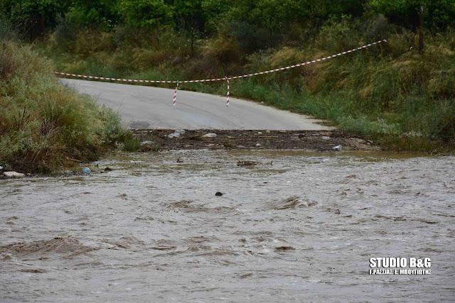 Έκλεισαν δρόμοι από το νερό που κατεβάζουν τα ρέματα στο Ναύπλιο από την καταιγίδα (βίντεο)