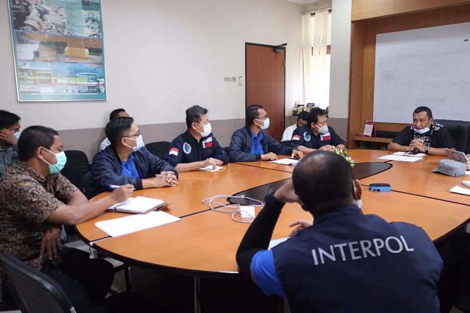Deteksi Dugaan Pencemaran Tumpahan Minyak di Perairan Babin, DLH  Batam Rapat dengan Tim Interpol Indonesia