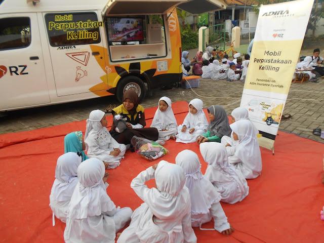 Kunjungan Mobil Perpustakaan Keliling Adira Ins-RZ Cilegon di TK Ar-Roja'.
