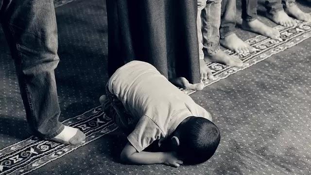 sholat berjamaah di masjid memiliki nilai pahala yang lebih besar daripada sholat sendirian