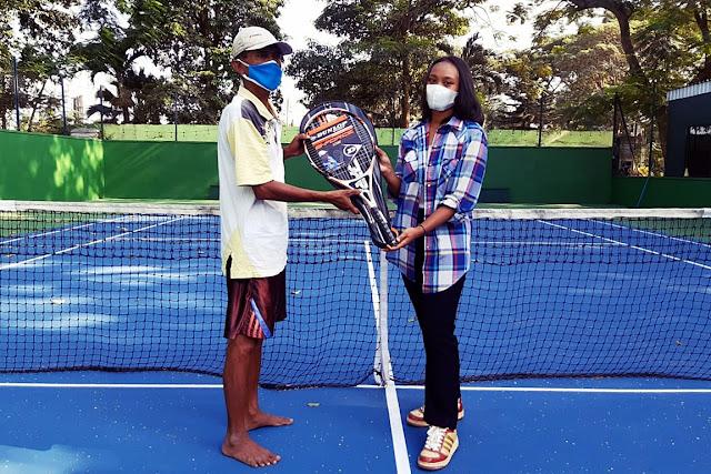 ShirlySports Anak Usaha ayotenis.com, Berikan Bingkisan Raket Untuk Juru Kunci Lapangan Tenis