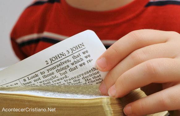 Niño lee la Biblia en escuela
