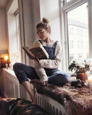 foto tumblr en casa leyendo un libro
