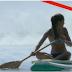 На эту девушку на серфе что-то надвигалось. Что это? Она не верит глазам! (ВИДЕО)