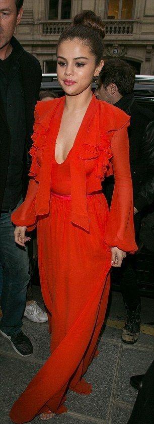 Look doStreet style  dia de Selena Gomez - Red maxi dress vestido comprido vermelho