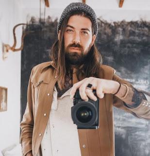 American actor, Lane Toran clicking picture of himself