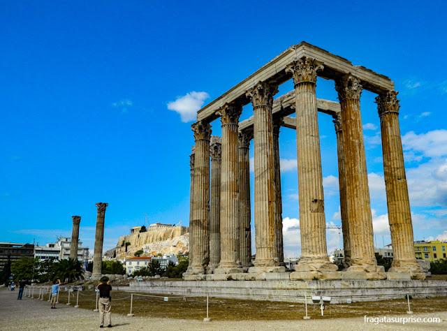O Templo de Zeus Olímpico com a Acrópole de Atenas ao fundo