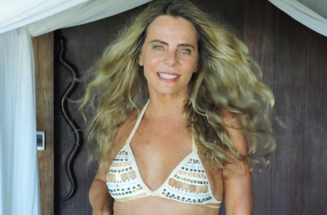"""Aos 67 anos, Bruna Lombardi arranca elogios por foto de biquíni: """"Inspiração"""""""