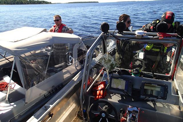 Kaksi venettä, toisessa valmistaudutaan sukellukseen.