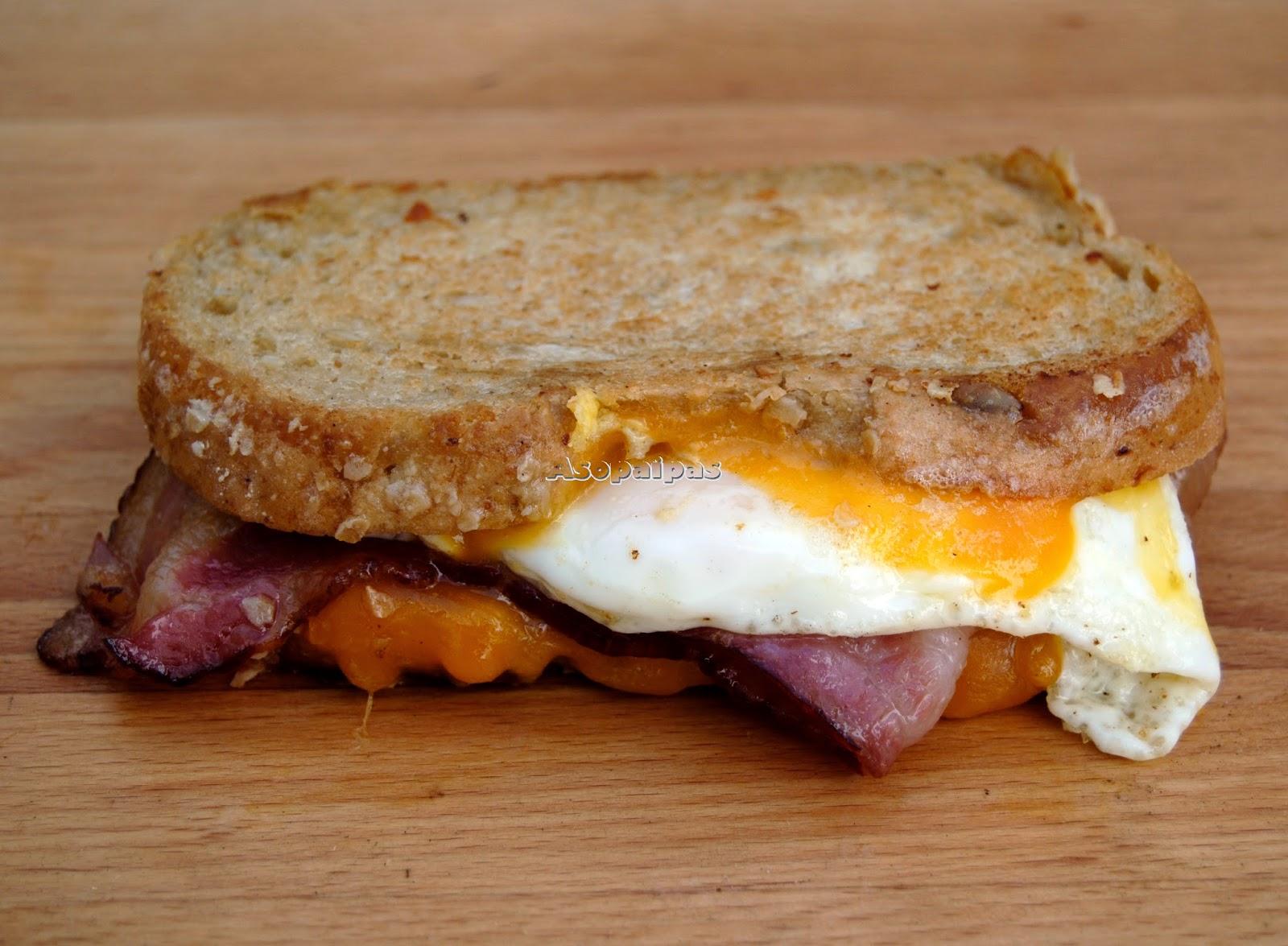 Sándwich con Bacon, Huevo Frito y Queso Cheedar Casero