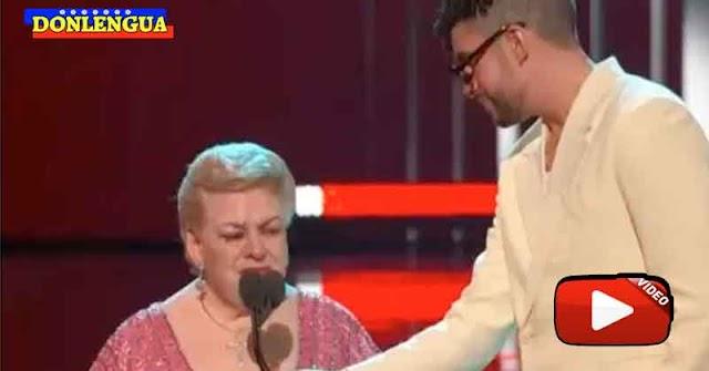 Bad Bunny le sujetó el micrófono a Paquita la del Barrio durante los Premios Billboard
