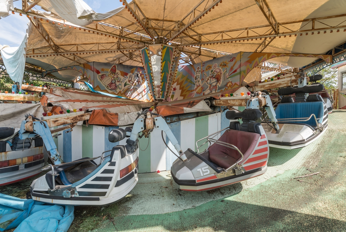 05-Spin-Cars-Photographs-of-Abandoned-Amusement-Park-Nara-Dreamland-in-Japan-www-designstack-co