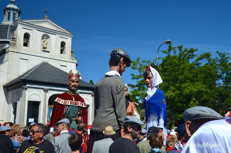 Fiestas San Isidro en Madrid マドリードのサンイシドロ礼拝堂前を練り歩く人形