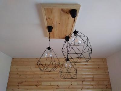 Lampa sufitowa własnej konstrukcji na bazie drewna i oprawek typu skeleton