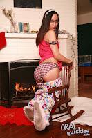 Está esperando a Santa Claus, y cuando llega le da leche xXx (2010)