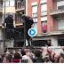 """(VÍDEO) Los """"separatas"""" primero golpean a la policía y después levantan las manos en plan pacifista"""