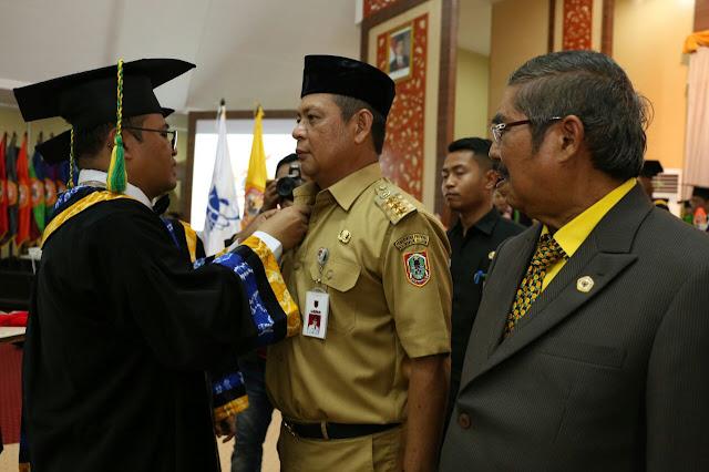 Rektor ULM memberikan Anugerah Tokoh Peduli Pendidikan Kepada Gubernur Kalsel, H Sahbirin Noor