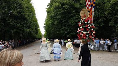 http://www.rp-online.de/nrw/staedte/duesseldorf/prachtvolle-schuetzenparade-im-hofgarten-aid-1.6953295
