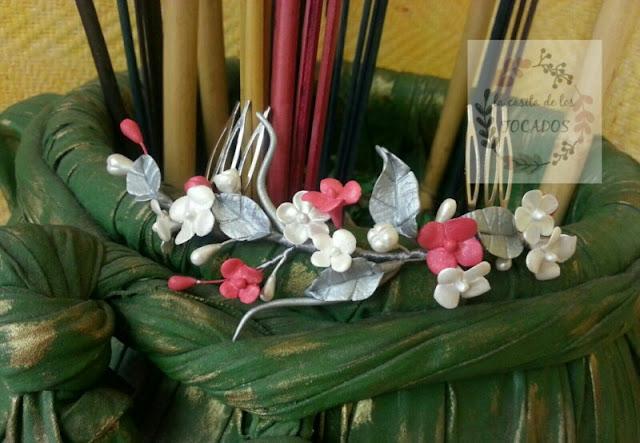 tocado de novia artesanal en blanco, plata y rojo fresa