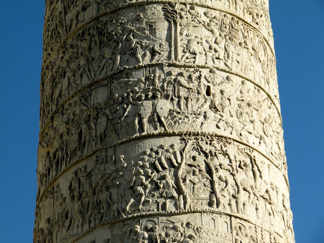 Cenas em mármore na Coluna Trajano em Roma