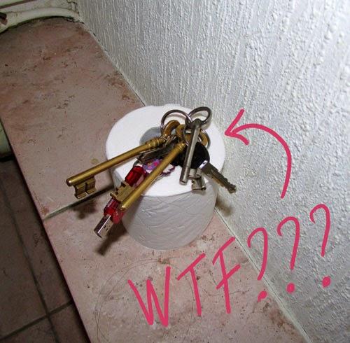 clefs dans papier toilette