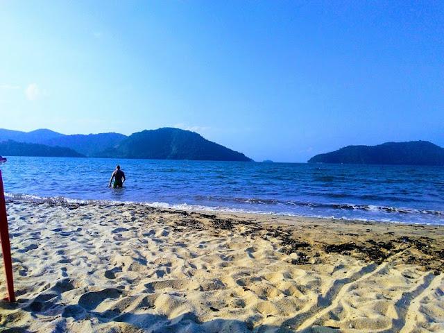 Uma praia de mar calmo, ótima para prática de esportes náuticos