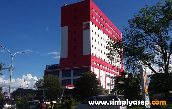 MEGAH : Inilah Hotel IBIS Pontianak yang terletak di jalan Ahmad Yani Pontianak. Saya sudah pernah menginap di IBIS Jakarta beberapa tahun yang lalu, dan itu pengalaman saya yang pertama. Foto Asep Haryono