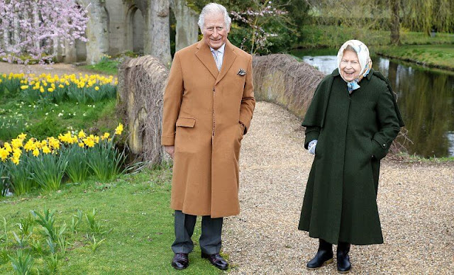 Queen Elizabeth wore a green jacket with caped detailing on the sleeves, and a patterned silk scarf. Prince Charles wore a camel coat and dark trousers