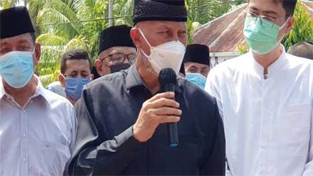 Mahyeldi saat melepas jenazah Nasrul Abit