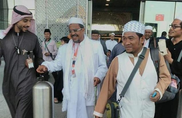Rizieq juga membawa serta istri Umi Syarifah Fadlun bin Yahya dan keluarganya