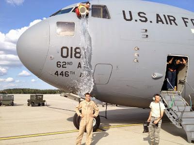 soldado recibiendo un balde de agua fria