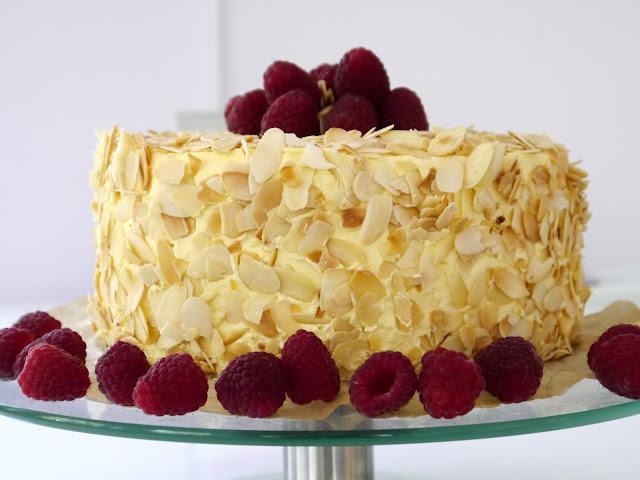 Tort migdałowy z malinami i mango - Czytaj więcej »