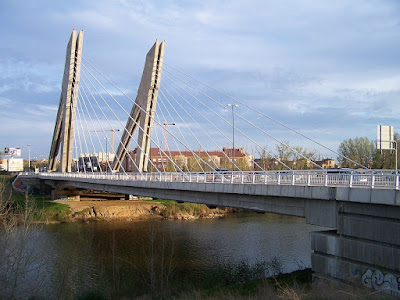 Puente de Hispanoamérica en Valladolid, es un puente atirantado