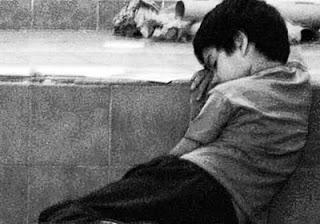 niño que llora en la calle