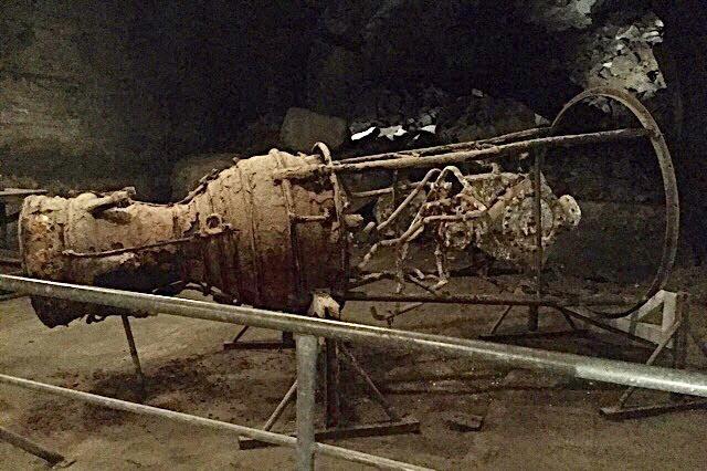 """""""Photo d'un moteur de fusée V2 dans un tunnel du camp de Dora"""""""