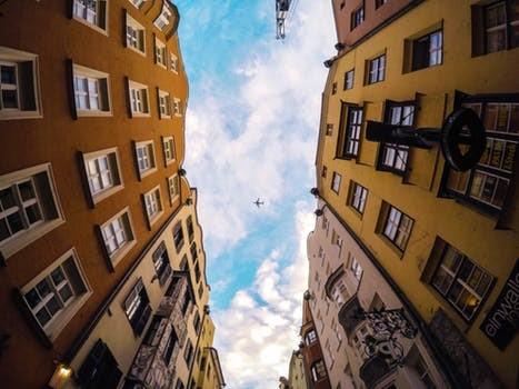 condominiumの谷間から空を見上げた光景
