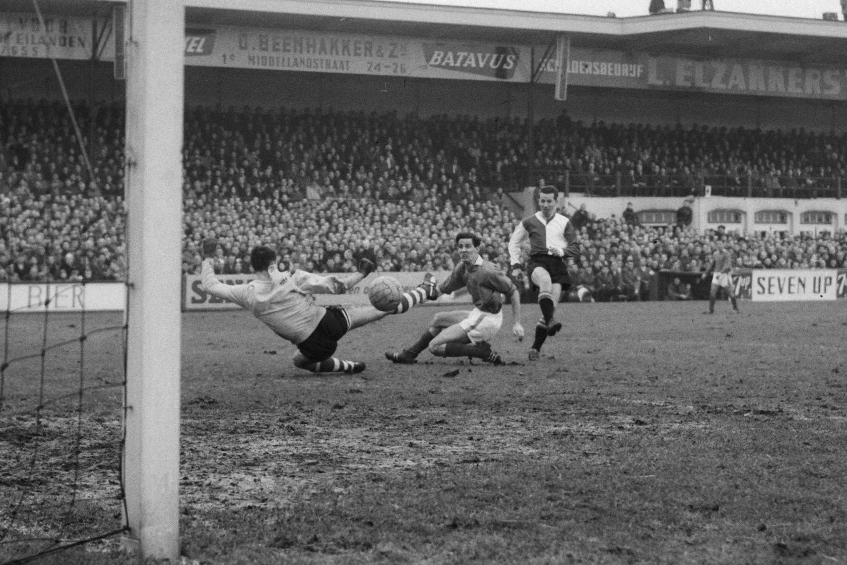 Henk Schouten brengt Feyenoord op een 1-2 voorsprong