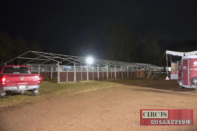 il ne reste que les structures des tentes écuries