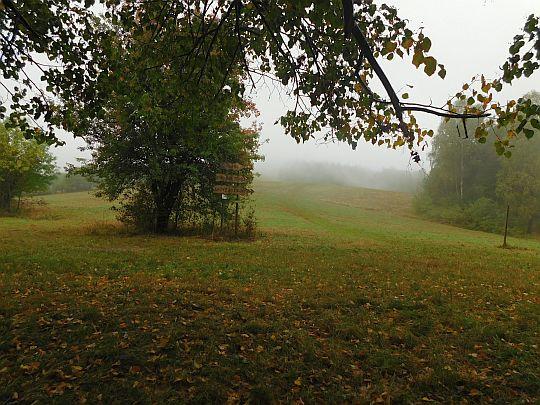 Trawiaste murawy Wołtuszowej nikną we mgle.
