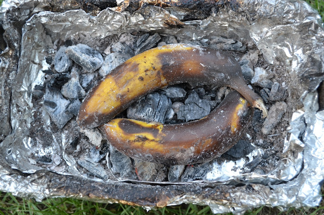 2 bananen op kolen in een barbecue